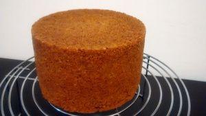 Muitas pessoas me perguntam como consigo fazer aquele bolo perfeito para o Naked Cake. E realmente, em especial para o Naked, o bolo tem que estar impecável, sem rachadura, sem quebrar… Só se…