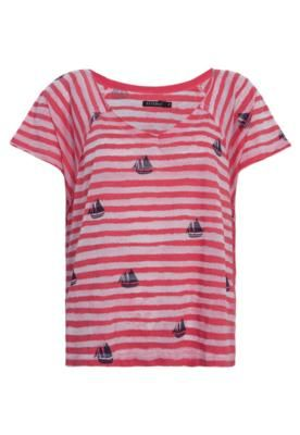 Blusa FiveBlu New Navy vermelha, com estampa devorê de listras e barcos na cor preta em toda superfície. Modelagem reta com decote em V e mangas curtas.Confeccionada em algodão com poliéster, de toque macio, que proporciona conforto ao vestir.
