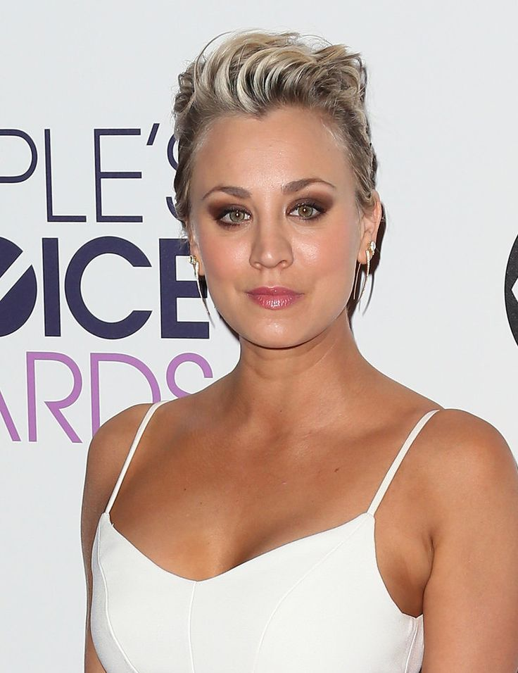 Kaley Cuoco's matte brown smoky eye made her green eyes pop.