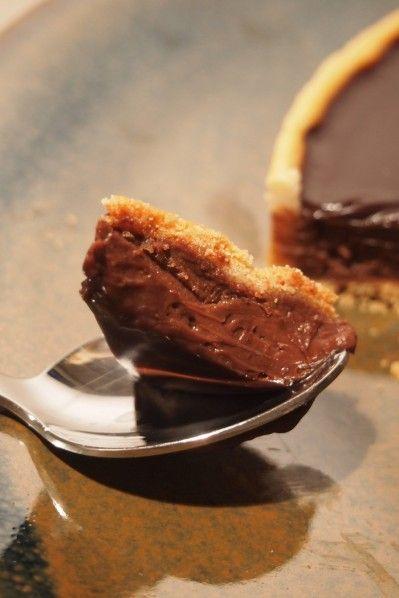 Je n'avais jamais fait de tarte au chocolat, jepeux même vous avouer que ce n'était pas vraiment ma pâtisserie préférée… mais celle-ci est tellement bonne que je l'ai dévorée! Vous n'êtes pas convaincus? Essayez-là!!   Patesablée: -125 gr de farine -50 gr de beurre -50 gr de sucre glace -1 gr de sel -1 …
