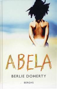7 ex Föräldralös i Afrika - övergiven i England Abela bor i Tanzania. När hennes mamma dör i sviterna av AIDS tror hon inte att det kan bli mycket värre. Men det blir det... Modern berättelse om dagens Afrika i mötet med västvärlden. Berlie Doherty är välkänd i sitt hemland Storbritannien. Hon har tidigare  utkommit med flera ungdomsromaner i Sverige. Hennes författarskap är prisbelönt. Berättelsen ger en positiv bild av Afrika, trots allt elände.  Sorglig utan att vara sentimental.