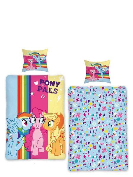 Ihanan pehmoiset My Little Pony -pussilakanat sulostuttavat yöuniasi ja tuudittavat sinut höyhensaarille Applejackin ja Pinkie Pien kanssa! Kaksipuolinen pussilakana on 100 % puuvillaa ja setti sisältää sekä pussilakanan, että tyynyliinan. Konepesu 60 asteessa.