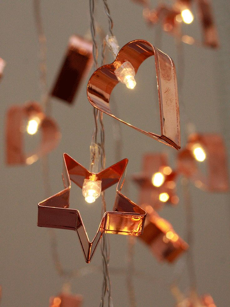 Adorned with super sweet copper-plated cookie cutters, our warm white battery powered garlands have alternate heart and star shapes that shine under 20 soft LED bulbs.