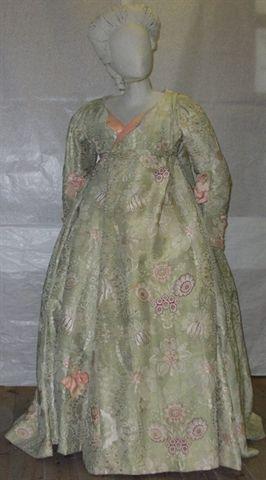 Sopravveste femminile con fondo in seta verde pistacchio. Struttura compositiva ad impianto ocentralizzato attorno ad un asse longitudinale/ Fodera parziale in lino. Ornata da nastri rosa
