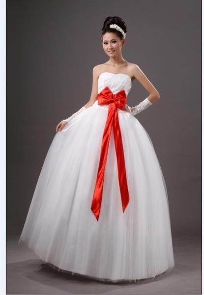 Белое свадебное платье с маленьким розовым бантом