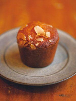 「菓子工房ルスルス」ラムケーキレシピ|直径5×H5cmのカップケーキ型、7~8個分 バター(塩分不使用)45g グラニュー糖43g 溶き卵43g アーモンドパウダー43g 薄力粉20g ベーキングパウダー0.5g ラムレーズン(市販品でも可)45g アーモンドスライス適量