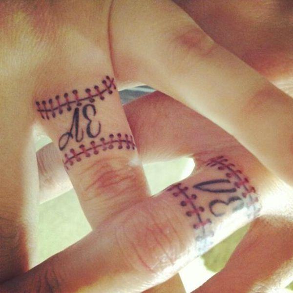 tatuaggio fede nuziale monogramma