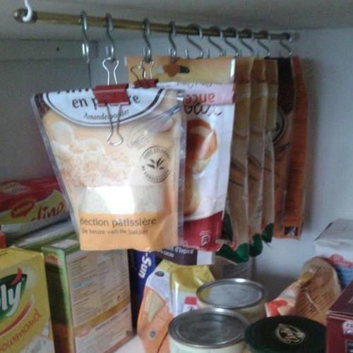 Utilisez des pinces-notes pour ranger les placards cuisine