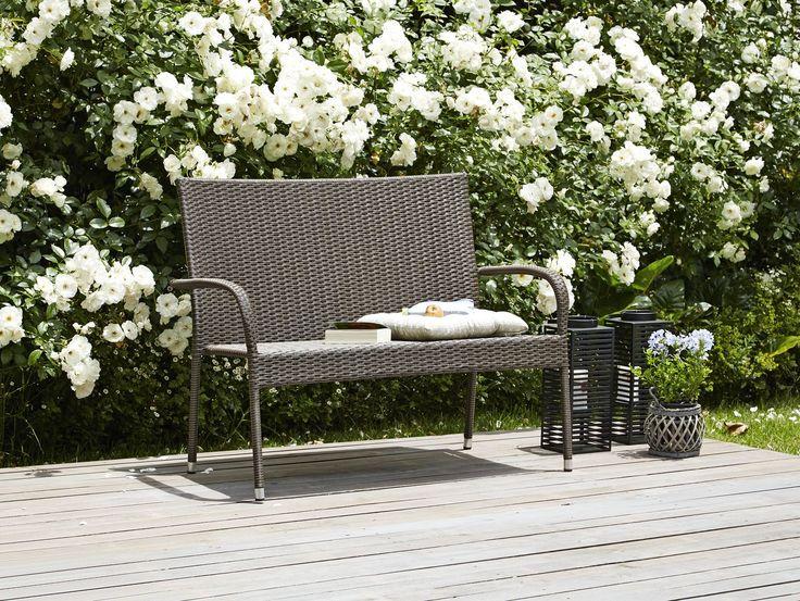 Bancă GUDHJEM cu 2 locuri, din oțel și petan împletit manual, rezistent la apă, este locul unde te poți așeza să citești o carte, să bei o cafea sau, pur și simplu, să admiri priveliștea în zilele de vară. | JYSK #gardenfurtinure