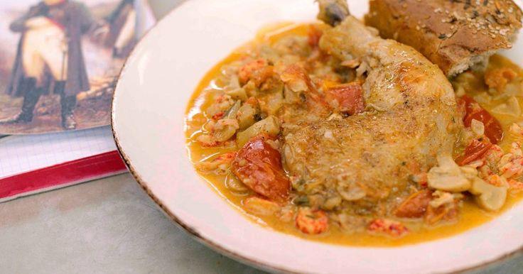 Een gerecht met een verhaal smaakt meestal eens zo lekker, hoewel het hier allemaal te maken heeft met een bloederig slagveld. Kip Marengo is een stoofpot, vernoemd naar de Slag bij Marengo in 1800, waar Napoleon de Oostenrijkers versloeg. Het gerecht zou een improvisatie van de keizerlijke kok zijn met kip, groenten en – verrassend – ook rivierkreeftjes. Het is een lekkere stoofpot, dus kijk uit want er kan gevochten worden voor een extra portie.