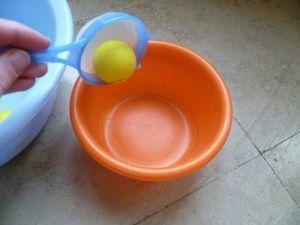 Sie benötigen für dieses Spiel: ein paar Tischtennisbälle, eine größere Plastikschüssel, eine kleine Schüssel und ein kleines Sieb. Geben Sie in die größere Plastikschüssel etwas Wasser und legen…