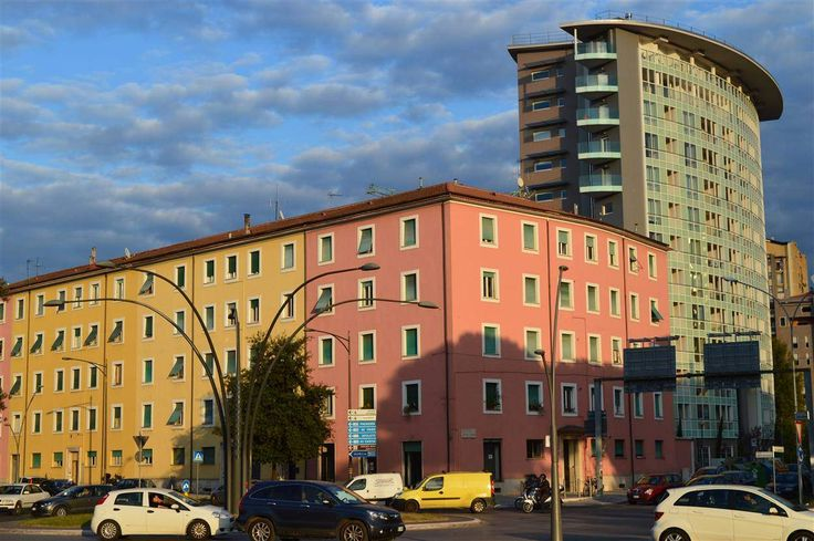 Appartamento ottima occasione da ristrutturare al primo piano e mezzo. Ingresso con portone blindato che tramite un corridoio conduce ..