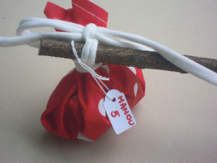 Roodkapje tractatie gevuld met snoepjes of koekjes