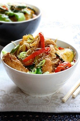 Fried chicken with green pepper, green onion and soba noodles in chili sauce