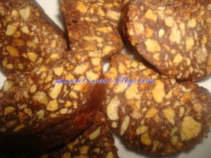 Fekkas au chocolat 250g de cacahuètes grillées épluchées concassées 1 petit bol de miel 1/2 paquet de caobel (90 g) 2 paquets de biscuits sablés 1 verre de beurre fondu et du chocolat fondu Découpez les biscuits en très petits morceaux, ajoutez-les aux...