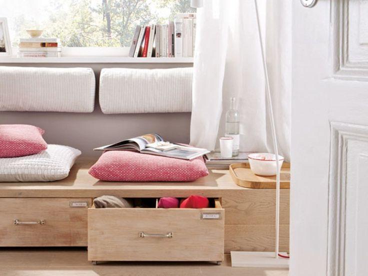 Wenn schon kein Heizkörper unterm Fenster hängt, bietet sich so eine Leseecke mit Schubladen doch geradezu an.