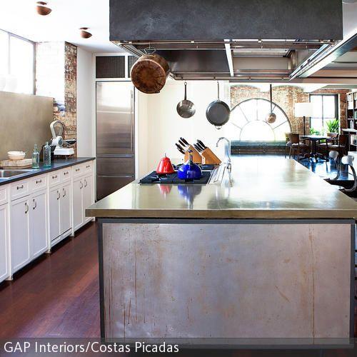 Die großzügige kücheninsel in der offenen wohnküche bietet ausreichend platz zum kochen und essen die