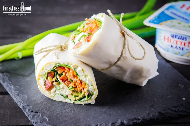 Mega gesunde Wraps mit frischen Hüttenkäse®, knackigen Gemüse und Kichererbsen. Eine perfekte Mahlzeit für einen gesunden und ausgewogenen Lebensstil.