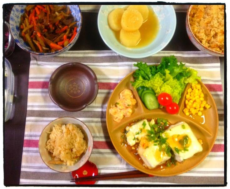 夕ご飯:生姜とツナの炊き込みご飯、海老オーロラ炒め、揚げ出し豆腐、きんぴらごぼう(牛肉、ニンジン)、大根の煮物、サラダ(レタス、キュウリ、ミニトマト、コーン)、海苔の佃煮、白菜のお漬物。