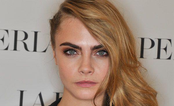 Addio problema delle sopracciglia scure sui capelli biondi! Folte e ben definite, il nuovo must è il contrasto sul viso come Miley Cyrus e Cara Delevingne.http://www.sfilate.it/223335/sopracciglia-scure-folte-sui-capelli-biondi-come-cara-delevingne