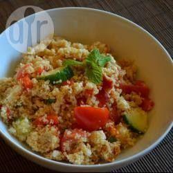 Foto recept: Makkelijke couscoussalade -------------------------- Bereidingswijze Voorbereiding: 5min › Bereiding: 15min › Klaar in:20min Maak de couscous volgens de aanwijzingen op de verpakking klaar. Snij ondertussen alle groenten fijn. Maak een dressing van de olijfolie, citroensap, zout, peper, munt, en komijnpoeder. Zet opzij. Doe alle groenten samen met de gekookte couscous in een kom. Roer de dressing erdoor. Verkruimel tenslotte de feta over de salade. Serveer lauwwarm of koud.