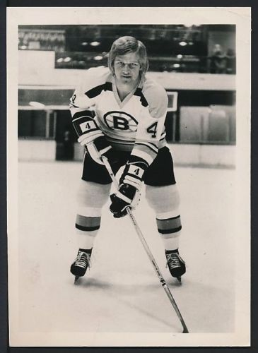 "1974 Original Photo BOBBY ORR Boston Bruins POSED-ACTION Portrait Genre: ORIGINAL PHOTO Date of Image: 1974 Date of Issue: 1974 Subject: BOBBY ORR Issuer: Collection of the St. Paul Pioneer Press Size: 5"" x 7"" Comments: A Vintage 1974 Original Photograph depicting Bobby Orr of the Boston Bruins. The photo was used in newsprint publication at the time and has a newspaper clipping on the verso with a JAN 29 1974 stamp date."