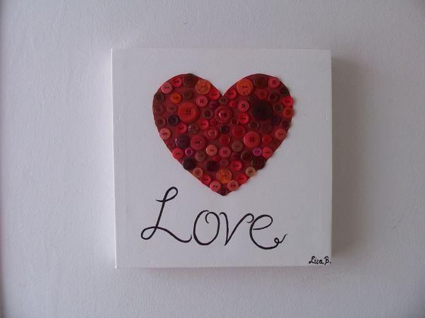 Rood hart op schildersdoek geschilderd, daarna knopen erop genaaid en met zwart het woordje LOVE geschilderd. Made by Crea-Lisa