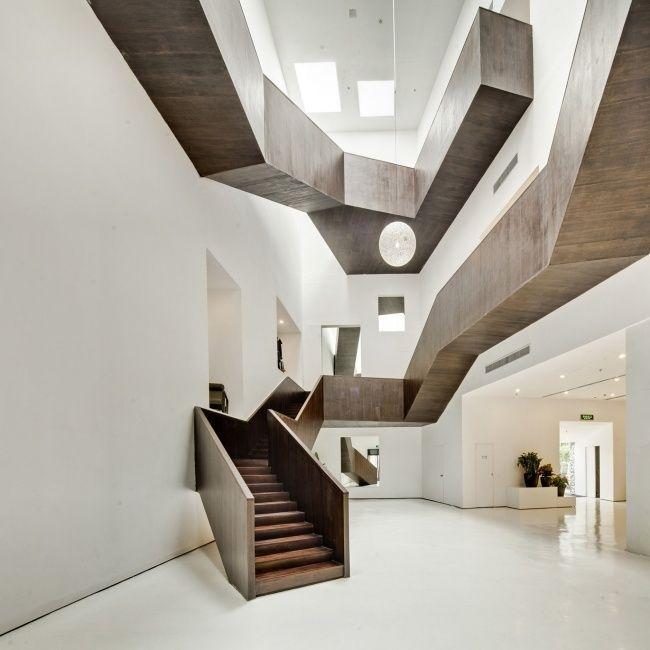skulpturale treppe geometrische linien öffentlicher raum