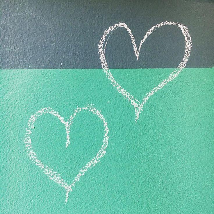 Haluatteko vinkin täydellisen terävään maalirajaukseen?   Paina maalarinteippi tiukasti rajakohtaan Maalaa maalarinteipin rajauksen yli ensin värillä joka on jo seinässä pohjavärinä (tässä tapauksessa se oli alempi vihreä)  Maalaa vasta tämän jälkeen tehostevärillä maalarinteipin rajauksen yli (petrooli)  Poista varovasti maalarinteippi vielä kun maali on kostea  Olipas se vaikea selittää  #maalaus #seinämaalaus #remontointi #renovation #maalirajaus #painting #wallpainting #liitutaulumaali…