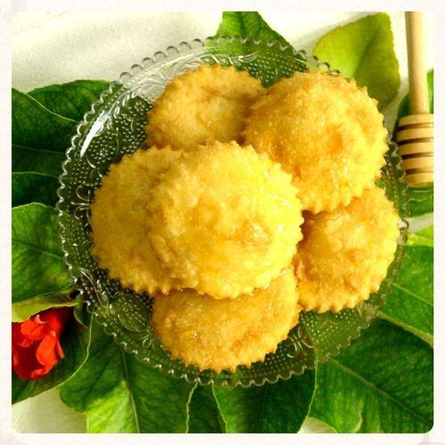 ΥΛΙΚΑ  Για τη ζύμη:  -370 ml νερό χλιαρό -1 πρέζα αλάτι -1 κ. σ. ρακί ή ½ λεμονιού χυμό -650 – 700 γρ αλεύρι Για τη γέμιση:  -500 γρ. φρέσκια γλυκιά μυζήθρα, στραγγισμένη -4 κ. σ. ζάχαρη -1 πρέζα κανέλα (προαιρετικά)    -ελαιόλαδο ή ηλιέλαιο για τηγάνισμα -μέλι ή πετιμέζι για γαρνίρισμα (προαιρετικό) -έξτρα αλέυρι για το άνοιγμα του φύλλου