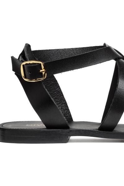 JAKOŚĆ PREMIUM. Skórzane sandały. Wokół kostki regulowany pasek z metalową klamerką. Skórzane podeszwy wewnętrzne. Gumowe podeszwy zewnętrzne.