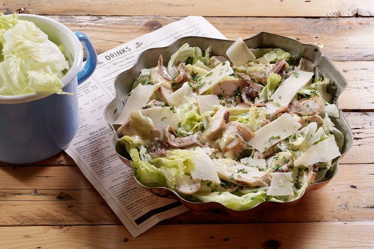 Σαλάτα του Καίσαρα με κοτόπουλο, κρουτόν και σπιτικό λεμονάτο ντρέσινγκ με αντζούγιες και μαγιονέζα. Μία ολοκληρωμένη πρόταση για ένα χορταστικό γεύμα!