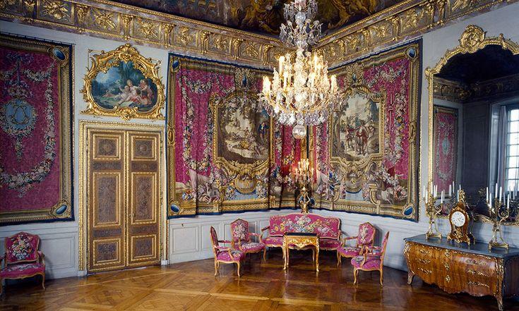 Stockholms Slott Det kungliga slottet i Stockholm bjuder på fantastiska rokokoinredningar och möbler från 1700-talet. Här är några antika möbler och inredningar från slottet.