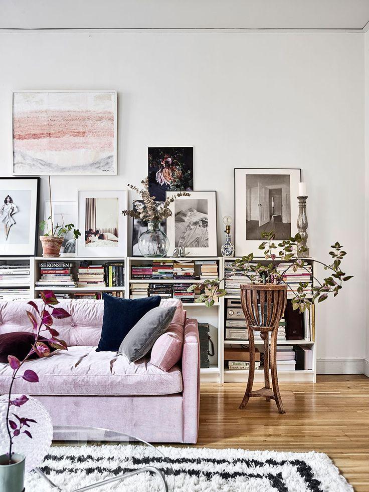 Decor feminino e eclético, com inspiração boho - sofá rosa, poltrona beterraba...uma cartela de cores incríveis. Vem ver no site. .