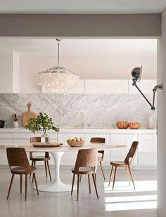 Weiße Küche#Kristalllampe#Runder Esstisch#Holzstühle# Christoph Baum Stil Fabrik