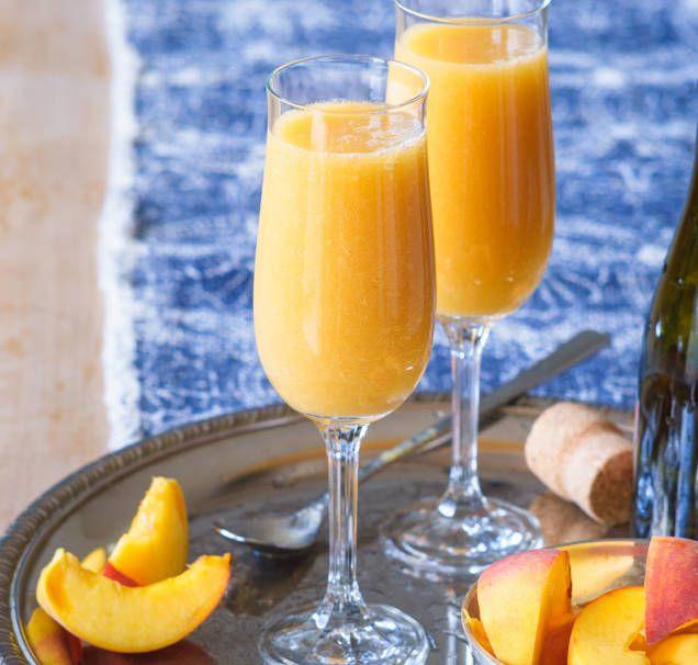 Bellini är en klassisk italiensk drink med champagne och färska persikor. Här är ett enkelt recept som går snabbt att blanda och passar perfekt som fördrink.