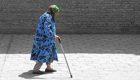 Telomerase: het geheim voor een eeuwige jeugd? HOW? OLD THE WOMAN WITH, THE STICK ON THE PIC,WILL BE? MAYBE 70 OR 75? CARRY
