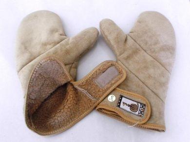 Beige warm gefütterte Lammfell Handschuhe, innen mit warmen Lammfell gefütterte Wildleder Handschuhe.                                                                                Sehr warm und weich.  Mit Klettverschluss verschließbar.