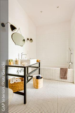 Der filigrane Waschtisch ist ein besonders schönes Element im Bad, weil er eben nicht so wuchtig ist wie die üblichen Waschbeckenunterschränke. Es ist ein einfacher Tisch ohne Regalfächer, dafür kann man auf den unteren Stangen dekorative Körbe aufstellen und darin zum Beispiel Handtücher verstauen.