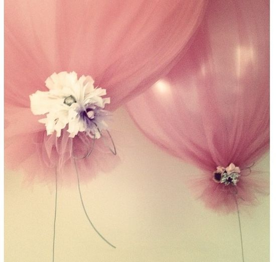 Inflate balloons, cover with tulle, tie at bottom. Adorable! #DIY #balloons | http://party-stuffs.blogspot.com