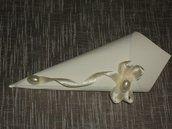 Coni per riso realizzati a mano con cartoncino ruvido color panna, dimensioni 10×10. Il decoro laterale è ottenuto con nastro doppio raso panna e perla ovale.