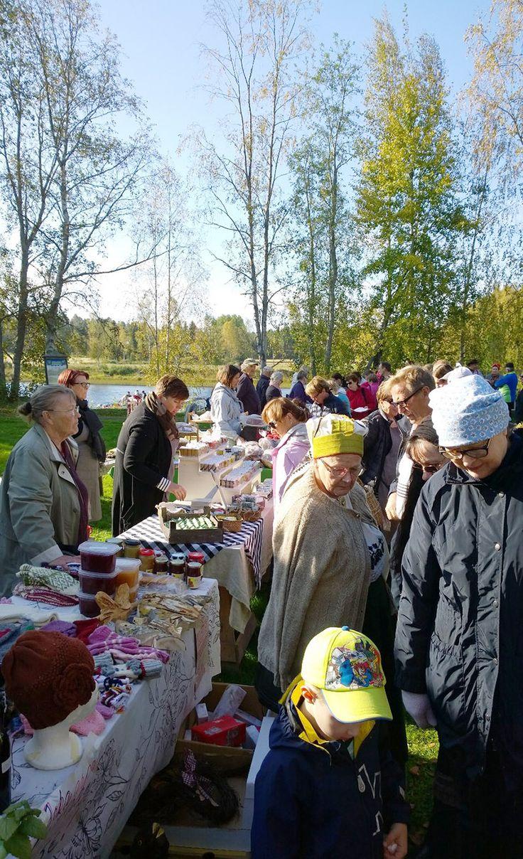 Päivän aikana Turkansaaren ulkomuseon perinteisillä syysmarkkinoilla vieraili yhteensä noin 2500 museovierasta. Väkeä oli välillä siis jopa tungokseen asti. Oulu (Finland)