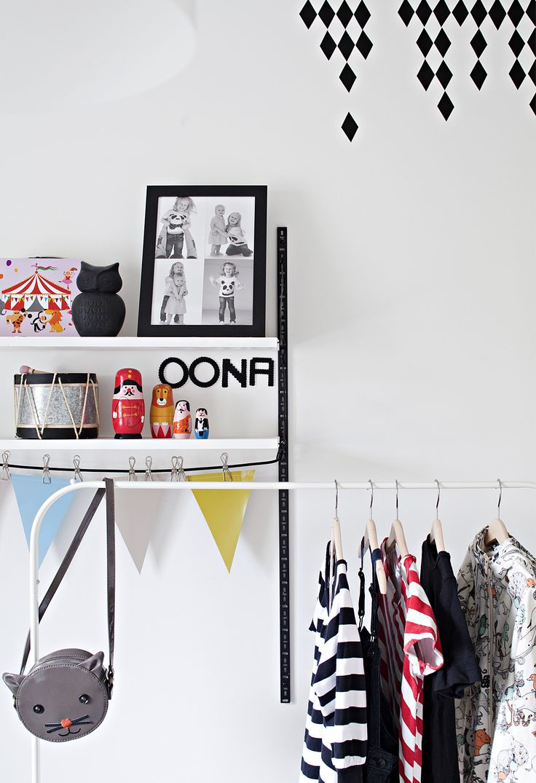 Värillisellä kontaktimuovilla teet kuvioita seinään. Muovit on helppo irrottaa ja vaihtaa. Mustat yksityiskohdat rauhoittavat myös lastenhuoneen ilmettä. Vaaterekissä on esillä kauneimmat vaatteet.