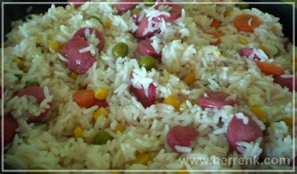 Sosisli Pilav-sosisli pilav yemek tarifleri, çocukların seveceği pilav, mayalı mayasız çay saati tarifleri, günler için börek çörek tarifleri, şerbetli soğuk tatlı tarifleri, pilav, sosis,
