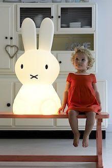 Die extra große Mr Maria Miffy Designleuchte ist nicht nur ein zauberhafter Hingucker, sondern auch eine echt stilvolle Nachtlampe und wunderbarer Begleiter ins Traumland. Mehr Infos findet Ihr unter www.kleinefabriek.com
