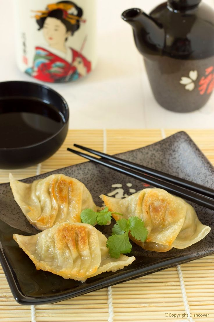 De Japanse keuken. Waar denk je dan aan? Wellicht aan sushi, hét nationale gerecht van Japan. Sushi kennen we ondertussen allemaal. Maar de Japanse keuken heeft nog meer lekkers te bieden. Heerlijk geurende soepen, krokante tempura van groentjes, verrukkelijke noedelgerechten,… Vandaag leer ik jullie lekkere gyoza maken. Gyoza zijn in de pan gebakken Japanse dumplings. …