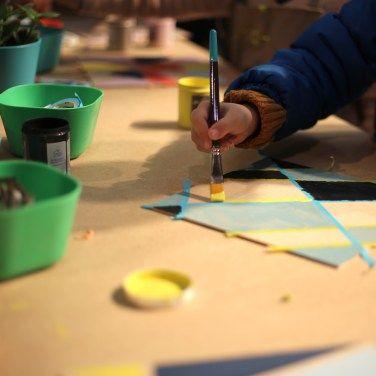 """En collaboration avec Make it Marseille, Kontrast Design a animé l'atelier """"Créer son mur graphique"""" lors du dernier salon Piscine, Jardin et Rénovation au Parc Chanot à Marseille.""""L'atelier des tendances"""" permettait aux visiteurs du salon de tester certaines techniques. Nous leur avons proposé de s'initier à l'art du masking tape associé à la peinture. Petits et grands ont laissé parler leur créativité et peuvent désormais créer chez eux leur propre mur graphique."""