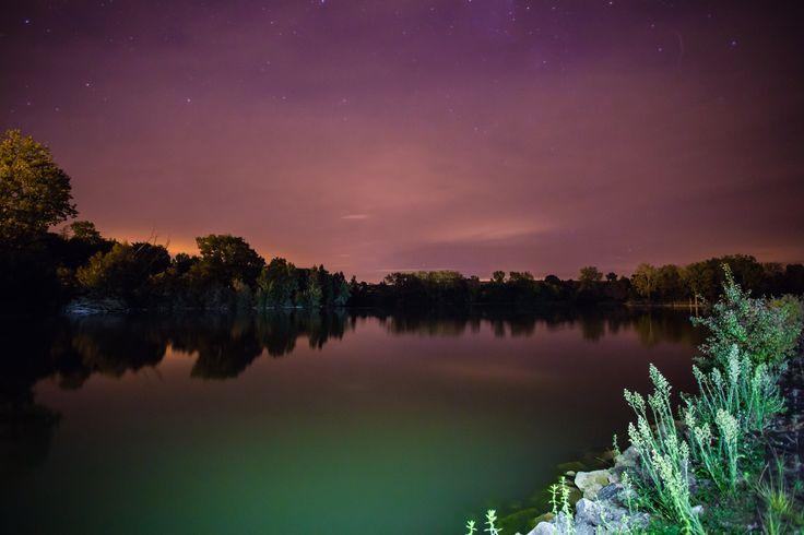 Surprenantes couleurs d'une nuit d'été au lac de Lamontjoie