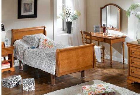 Ledikant voor romantische slaapkamer of ziekenkamer Zorgbed: bed is verstelbaar naar verpleeg hoogte.  Wandtafel met drieluik spiegel,  Commode met drie laden  Kleur kersen