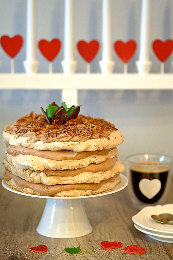 Mamy taki czas, że zapewne wielu z Was zostało sporo białek z ostatkowych wypieków. Propozycją ich wykorzystania jest dziś czekoladowy tort bezowy.